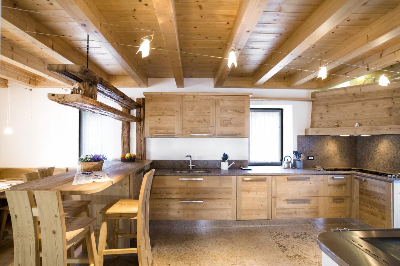 Falegnameria hermann casa cansiglio for Arredamento rustico e moderno insieme